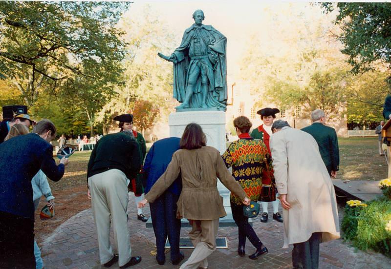 Alumni bowing to new Lord Botetourt statue, 1993