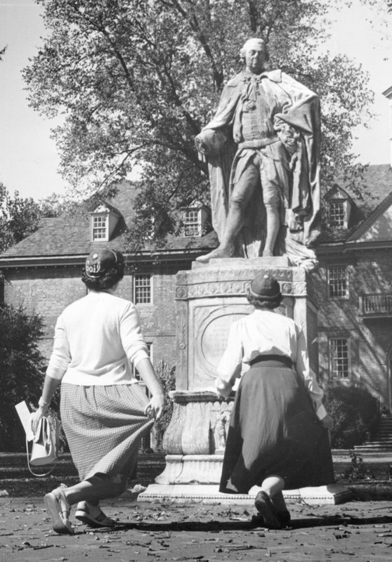 Girls curtsy to statue of Lord Botetourt, 1953